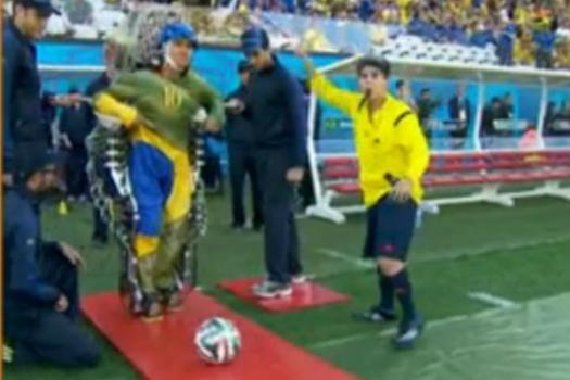 Exoesqueleto toca bola na abertura da Copa