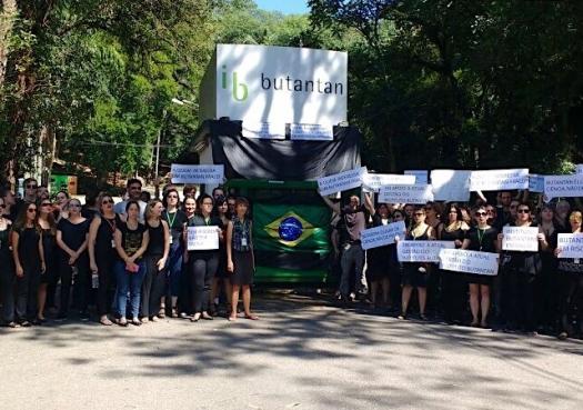 Pesquisadores protestam e pedem volta de Kalil ao Butantan